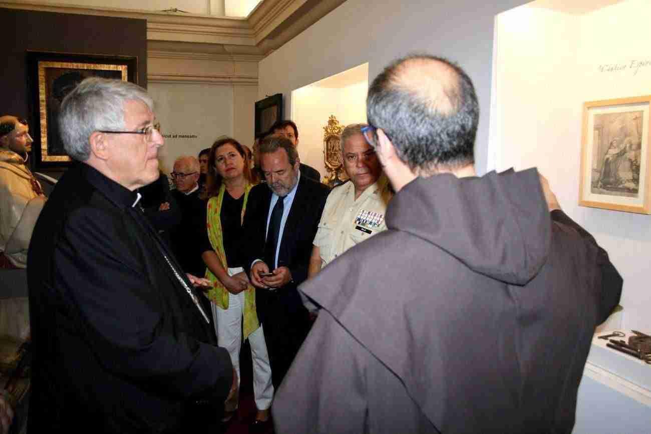 El Ayuntamiento, en la inauguración de la exposición de Santa Teresa de los Padres Carmelitas con motivo del 30 Aniversario 6