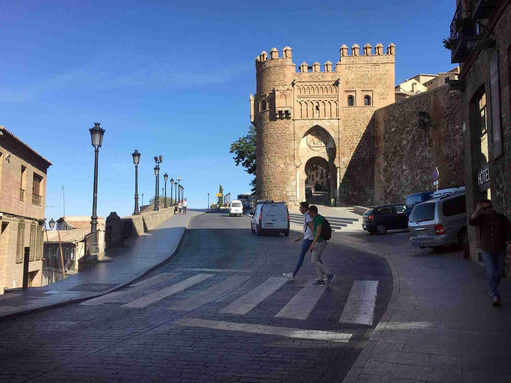 Toledo mejora la señalización horizontal de varias calles y ubica un nuevo paso de peatones en Real del Arrabal 9