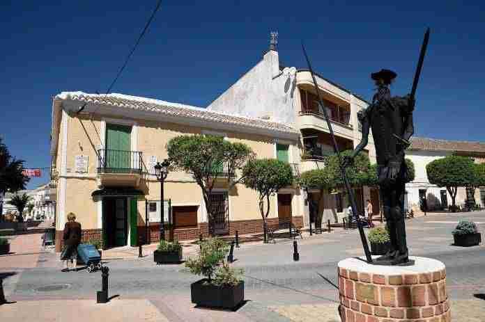 fachada de antigua farmacia en cuya rebotica Azorín se reunía con los Académicos de la Argamasilla (La ruta de D. Quijote, CAP. V)