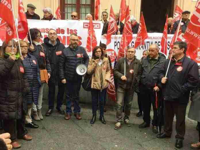 Fotografía de la concentración llevada a cabo ante la sede de la Tesorería General de la Seguridad Social
