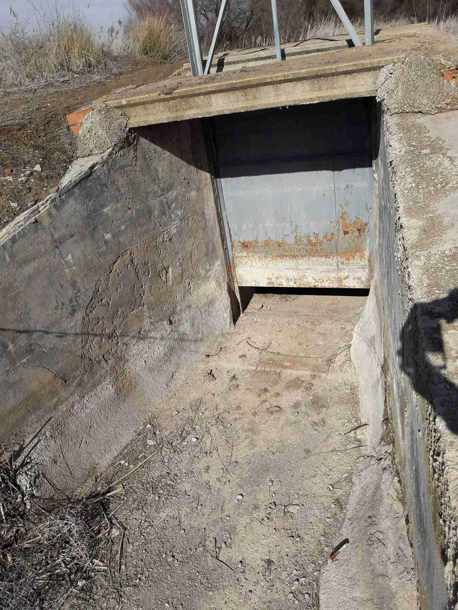Compuertas de lagunas de Villafranca sin agua.