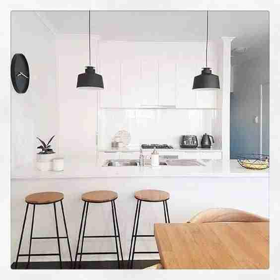 blanco, negro y madera en cocinas III