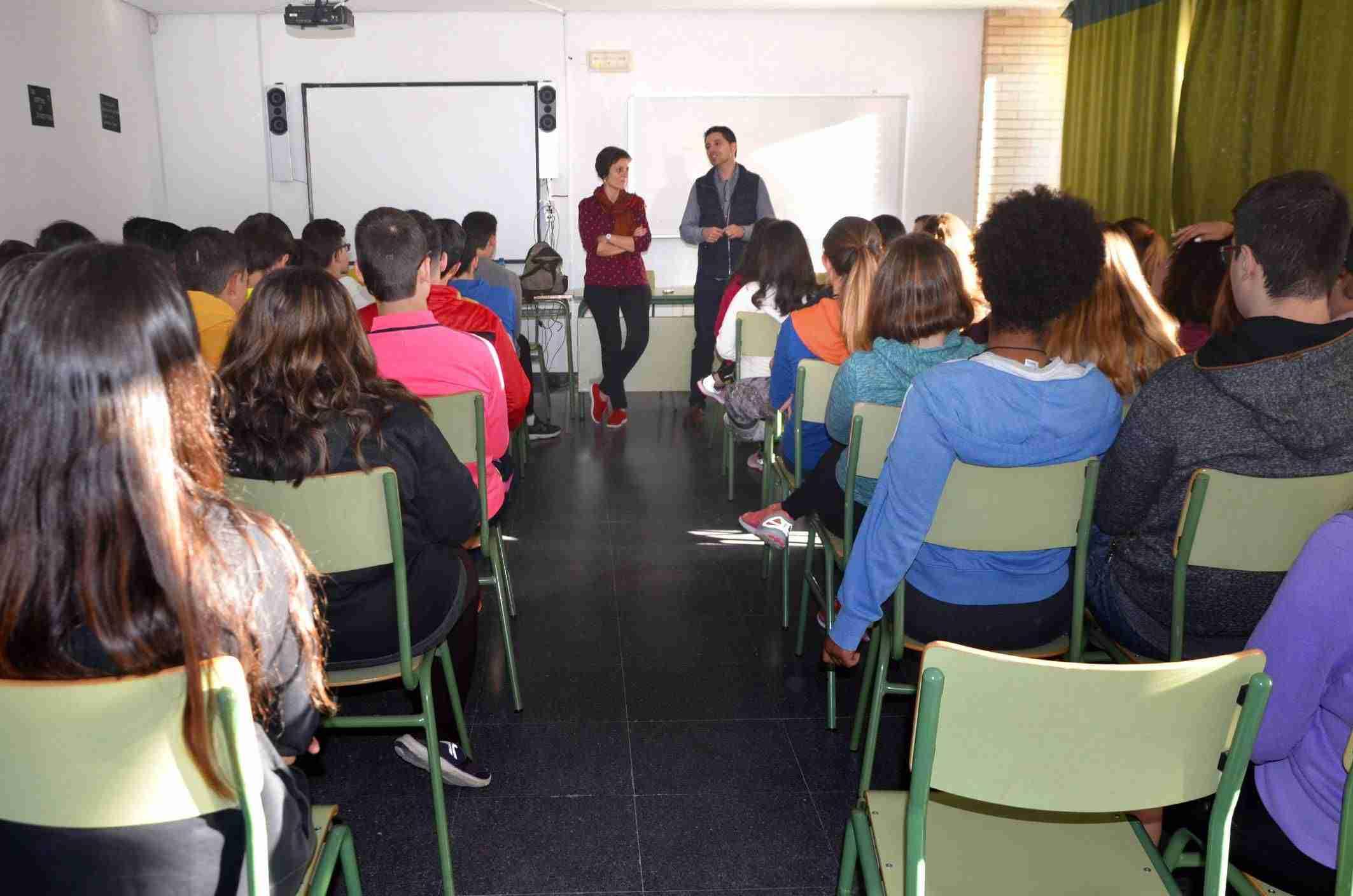 Proyecto Hombre ofrece una charla en el IES Vicente Cano sobre la prevención del consumo de alcohol 1
