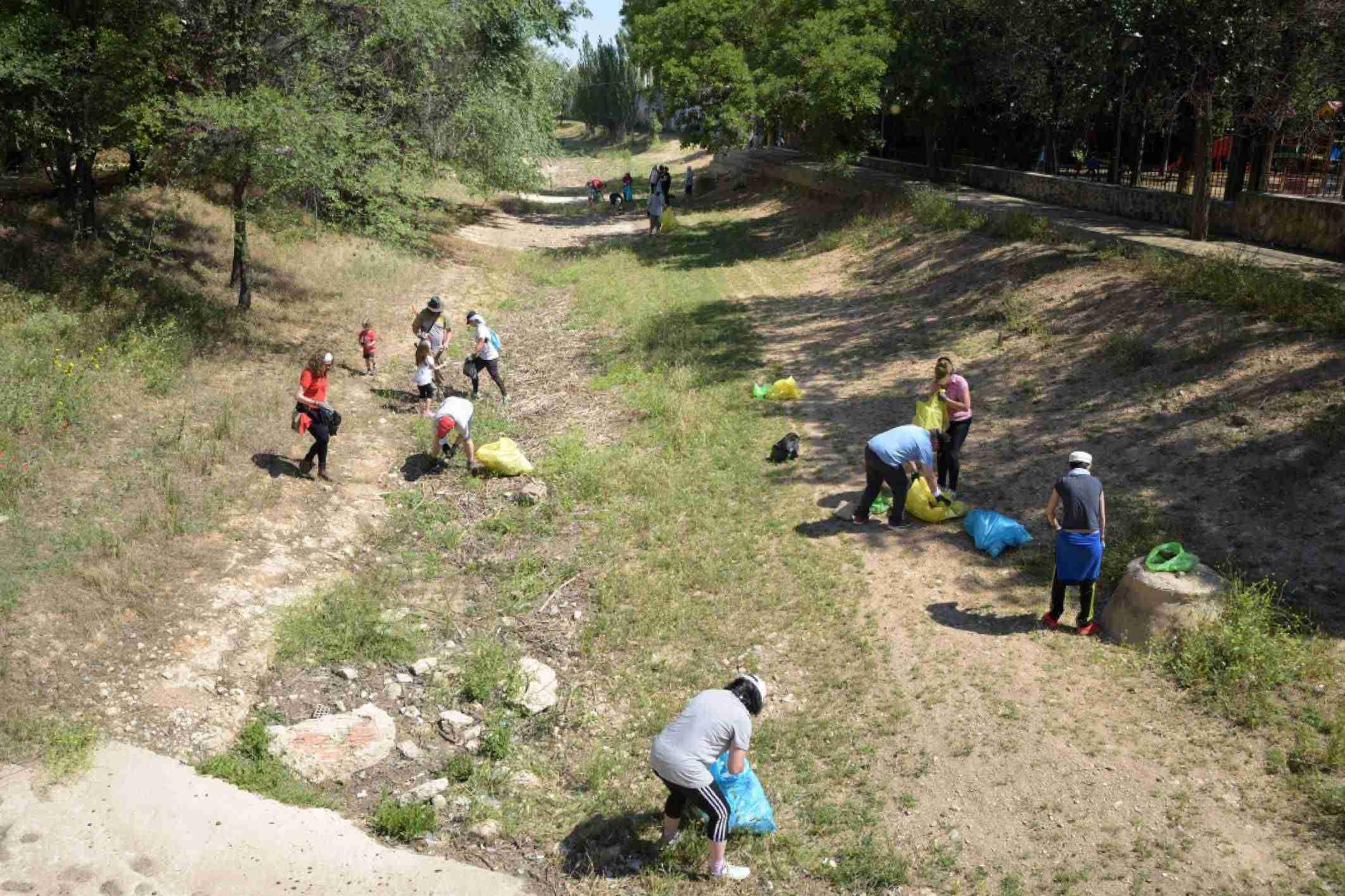Decenas de voluntarios participan en la limpieza del río Guadiana en Argamasilla de Alba 1