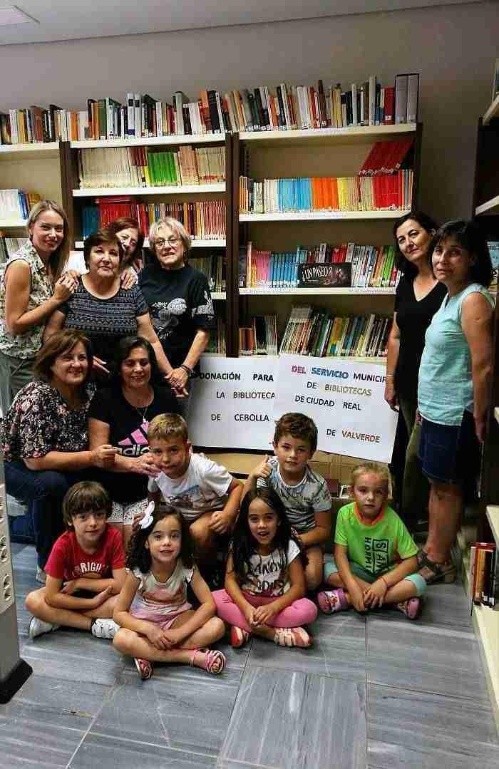 Ciudad Real dona medio millar de libros para la Biblioteca de Cebolla afectada por la riada 6