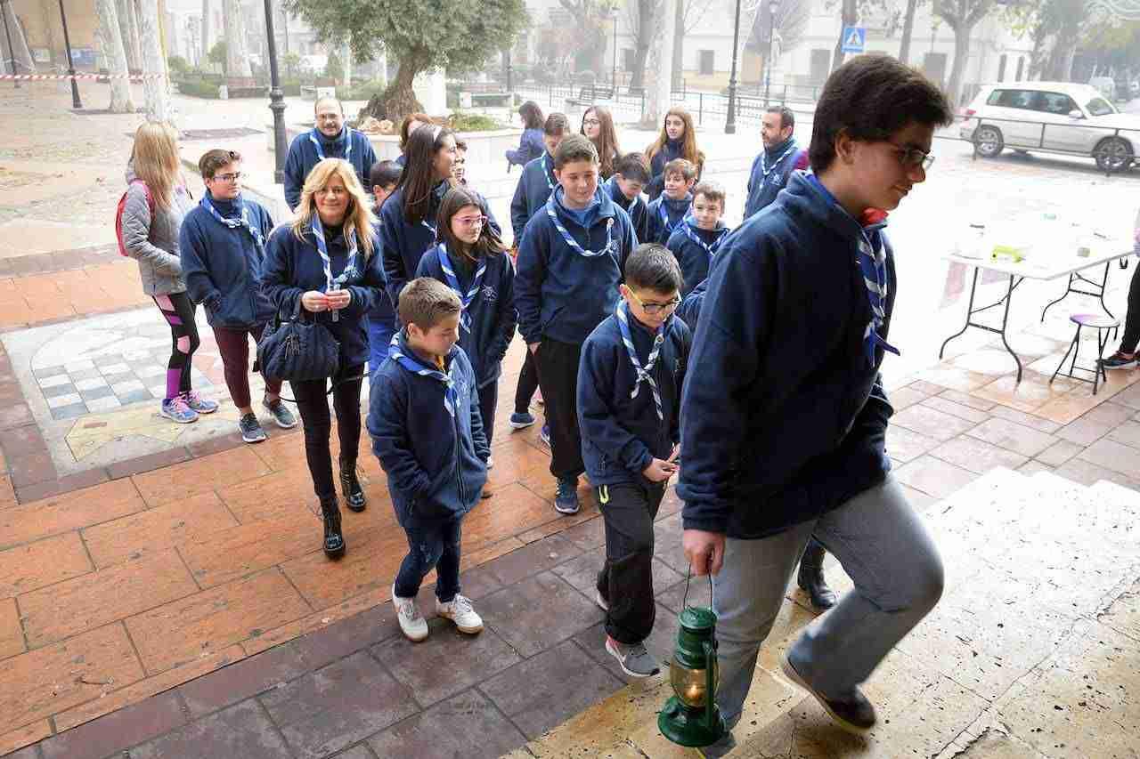 Los scouts Alba llevan al ayuntamiento la Luz de la Paz de Belén 1