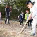 Los niños y niñas de la Pequeteca y de la Ludoteca plantan cerca de un centenar de encinas 2