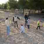 Los niños y niñas de la Pequeteca y de la Ludoteca plantan cerca de un centenar de encinas 3