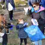 Los niños y niñas de la Pequeteca y de la Ludoteca plantan cerca de un centenar de encinas 7