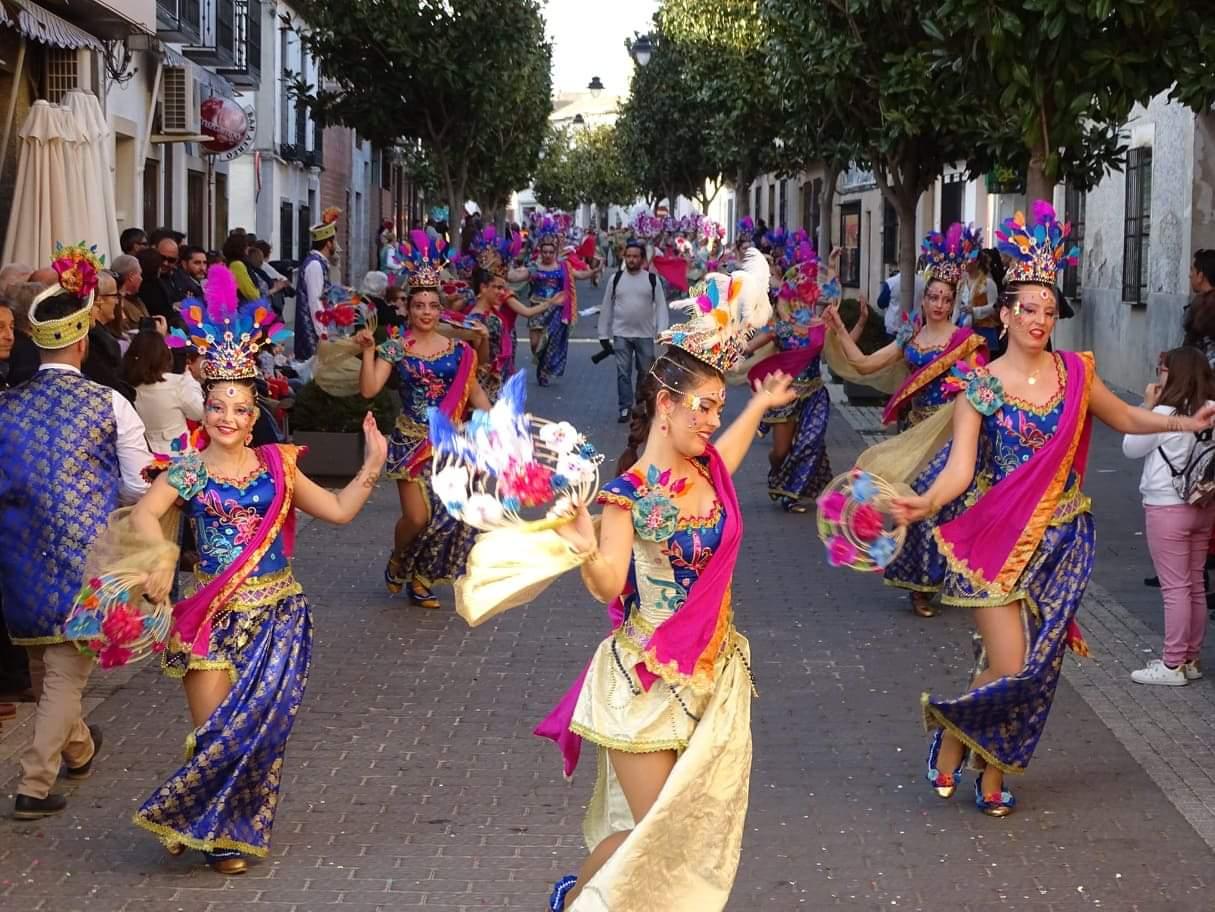 Originalidad, colorido y fantasía centraron el desfile de Carrozas y Comparsas en Torralba de Calatrava 10