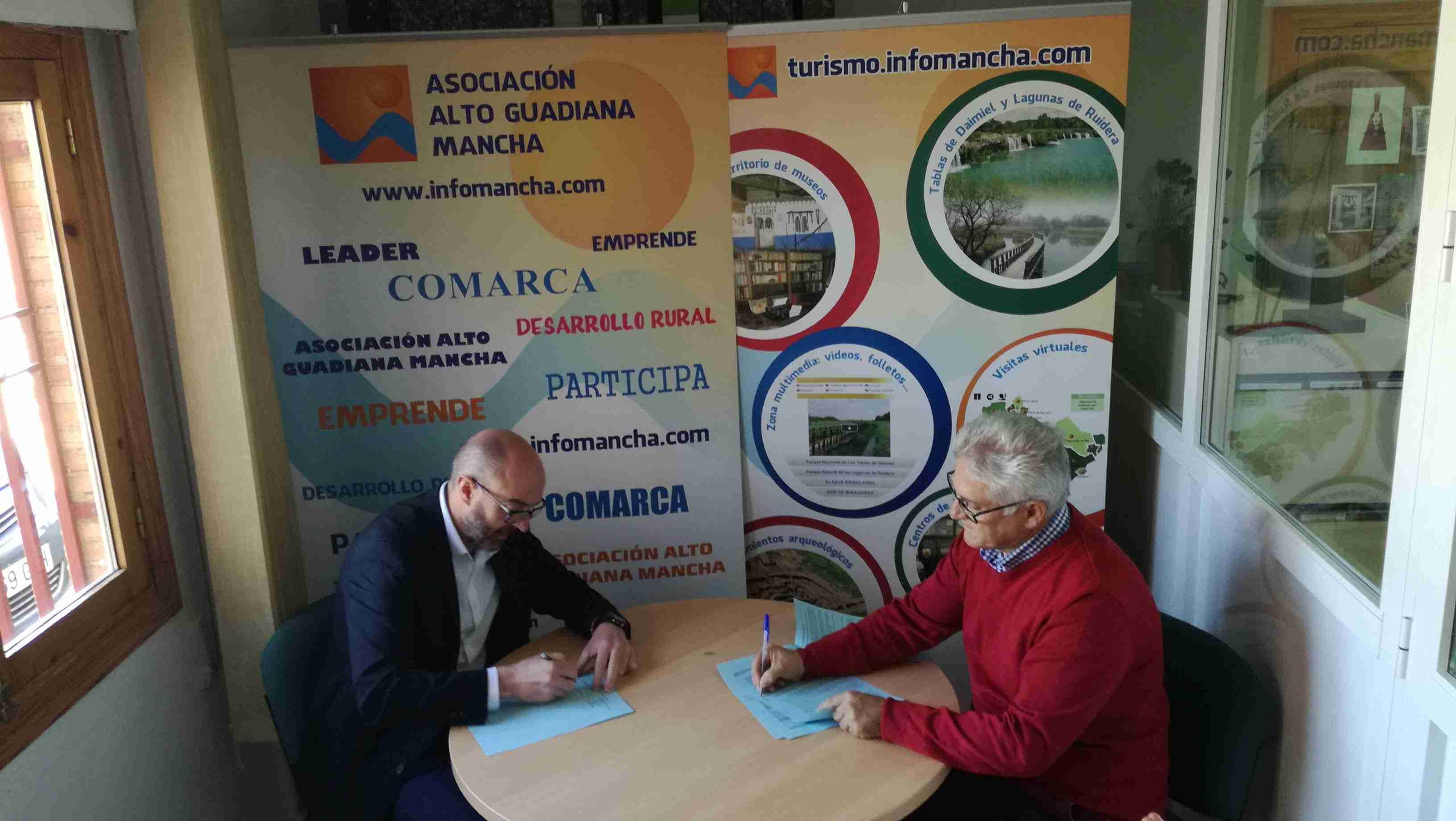Firmados tres nuevos contratos con promotores de proyectos de la comarca Alto Guadiana Mancha 2