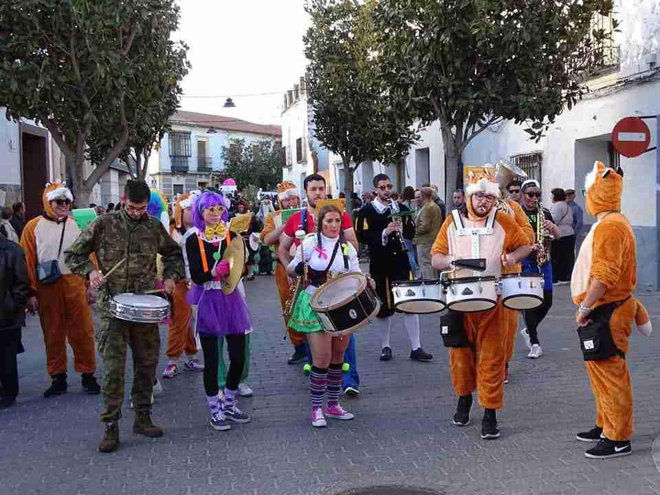 Originalidad, colorido y fantasía centraron el desfile de Carrozas y Comparsas en Torralba de Calatrava 13