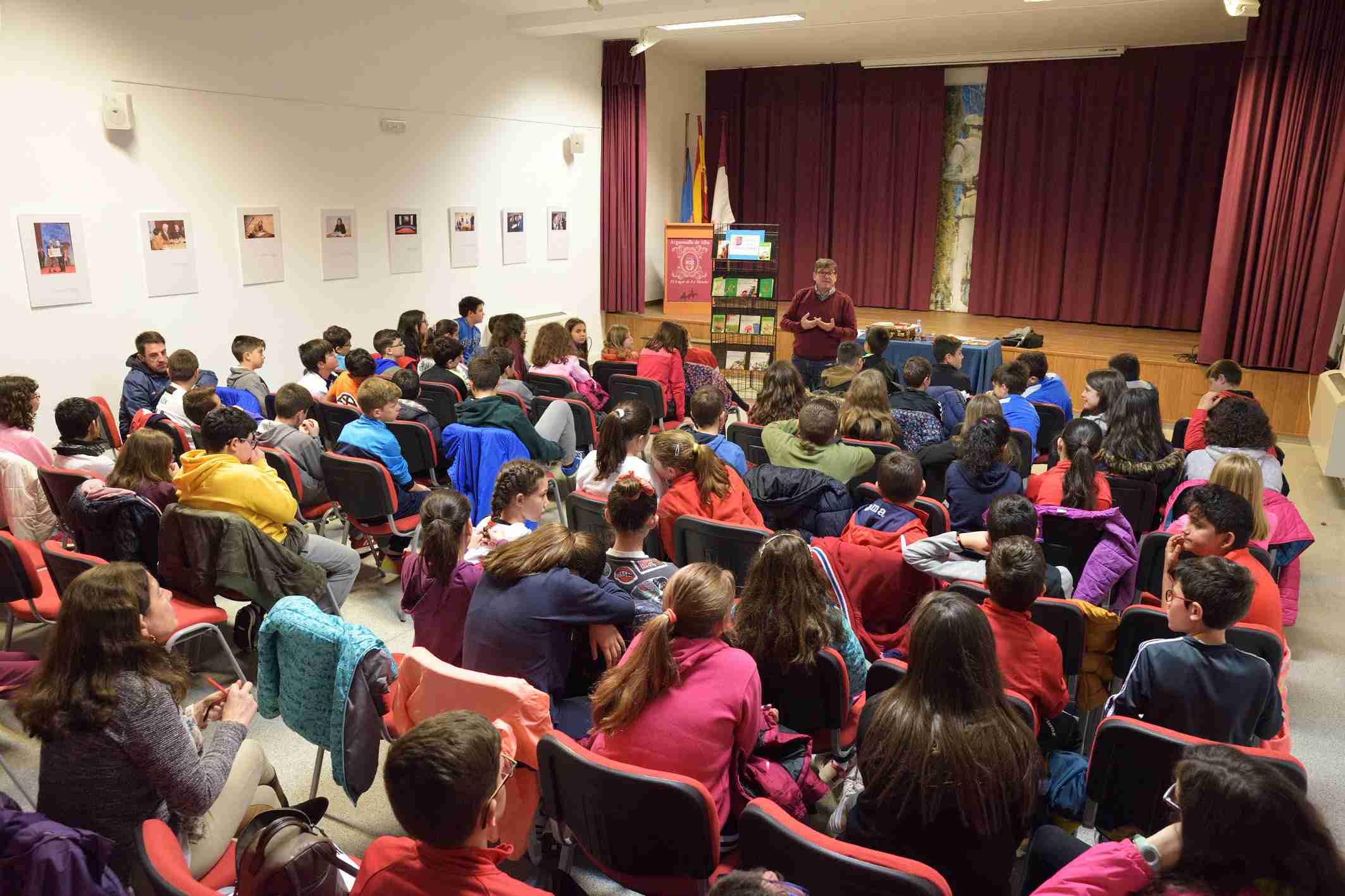 """La Biblioteca Municipal """"Cervantes"""" organizó el encuentro de escolares y estudiantes con el escritor Carles Cano 1"""