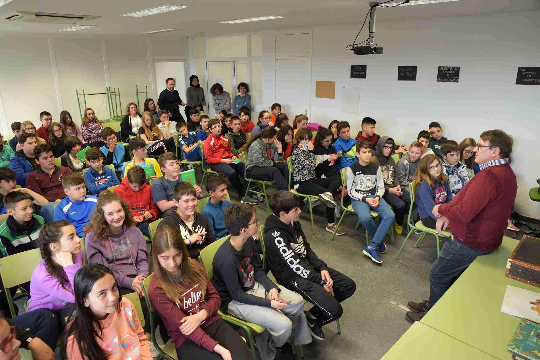 """La Biblioteca Municipal """"Cervantes"""" organizó el encuentro de escolares y estudiantes con el escritor Carles Cano 2"""