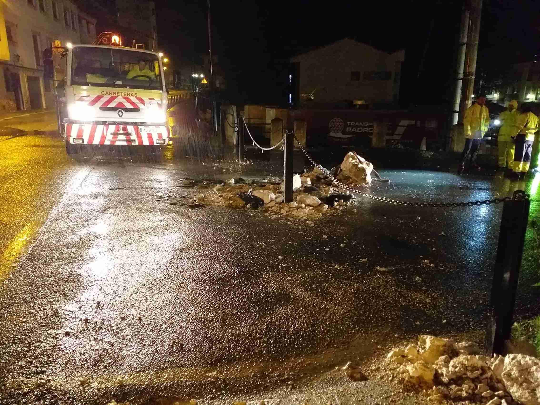 Las Brigadas de Carreteras de Albacete limpian y despejan la CM-3201 tras el desprendimiento de rocas de este viernes 1