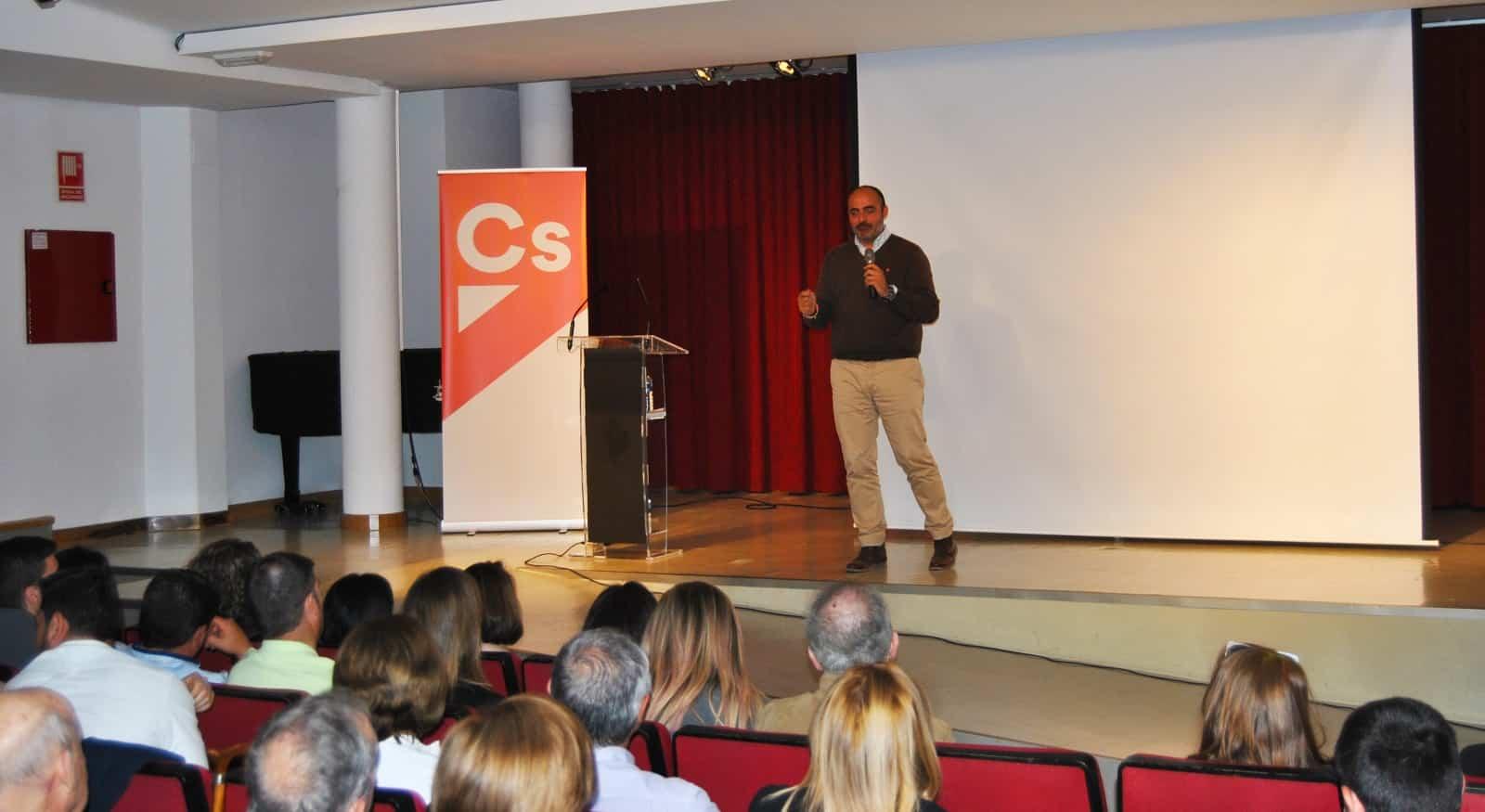 Francisco Fernández-Bravo, acerca el mensaje de la formación naranja a los vecinos de Campo de Criptana 1