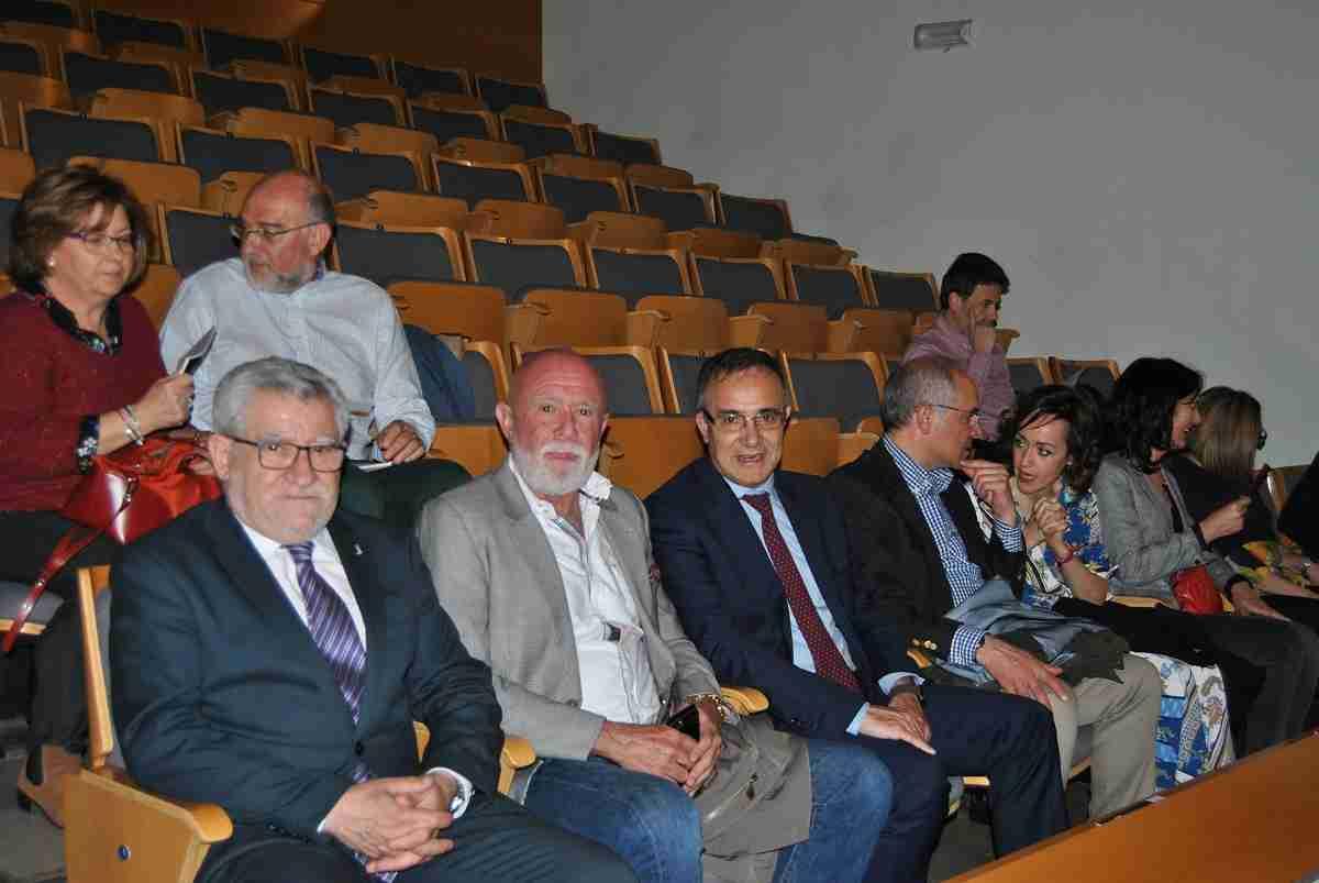 Felpeto asiste al primer concierto de la SMR y muestra al coleccionista Roberto Polo una de las señas de identidad de Cuenca 1