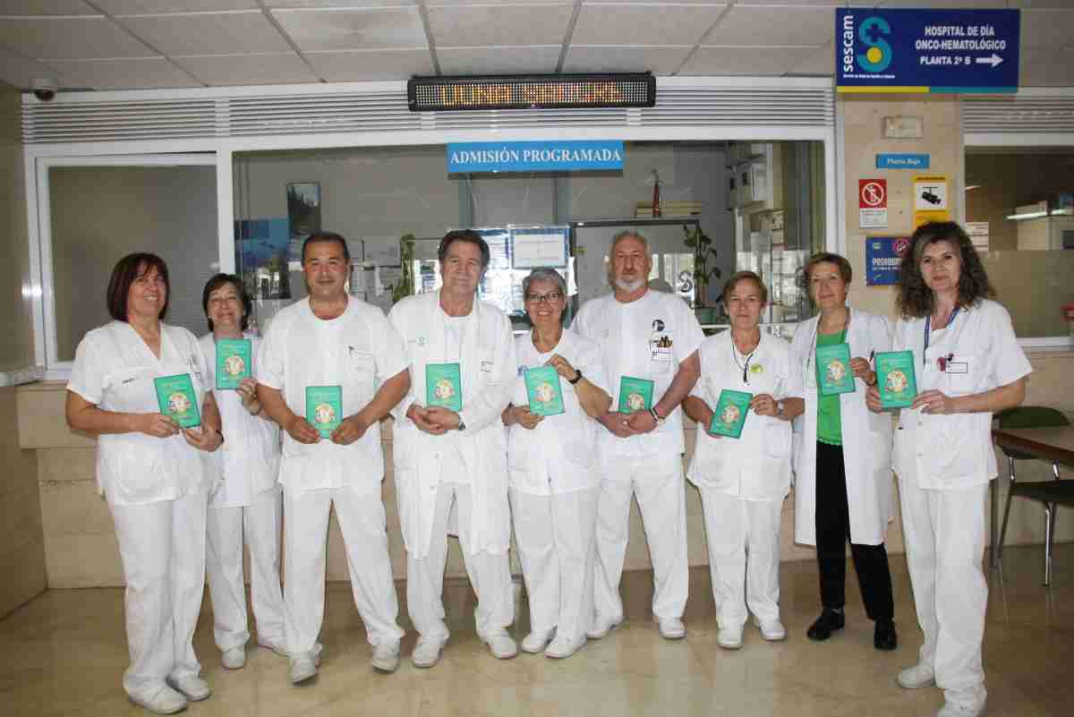 Los celadores del Hospital de Cuenca editan una  carpeta para visibilizar su trabajo y acercarse a los pacientes 1