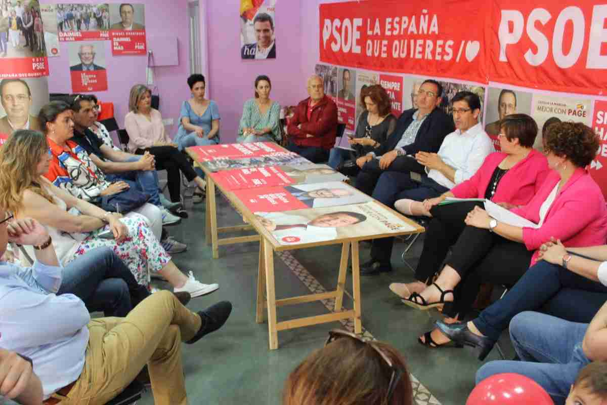 El secretario general del PSOE y candidato a las Cortes Regionales por Ciudad Real, José Manuel Caballero, ha visitado Daimiel 1