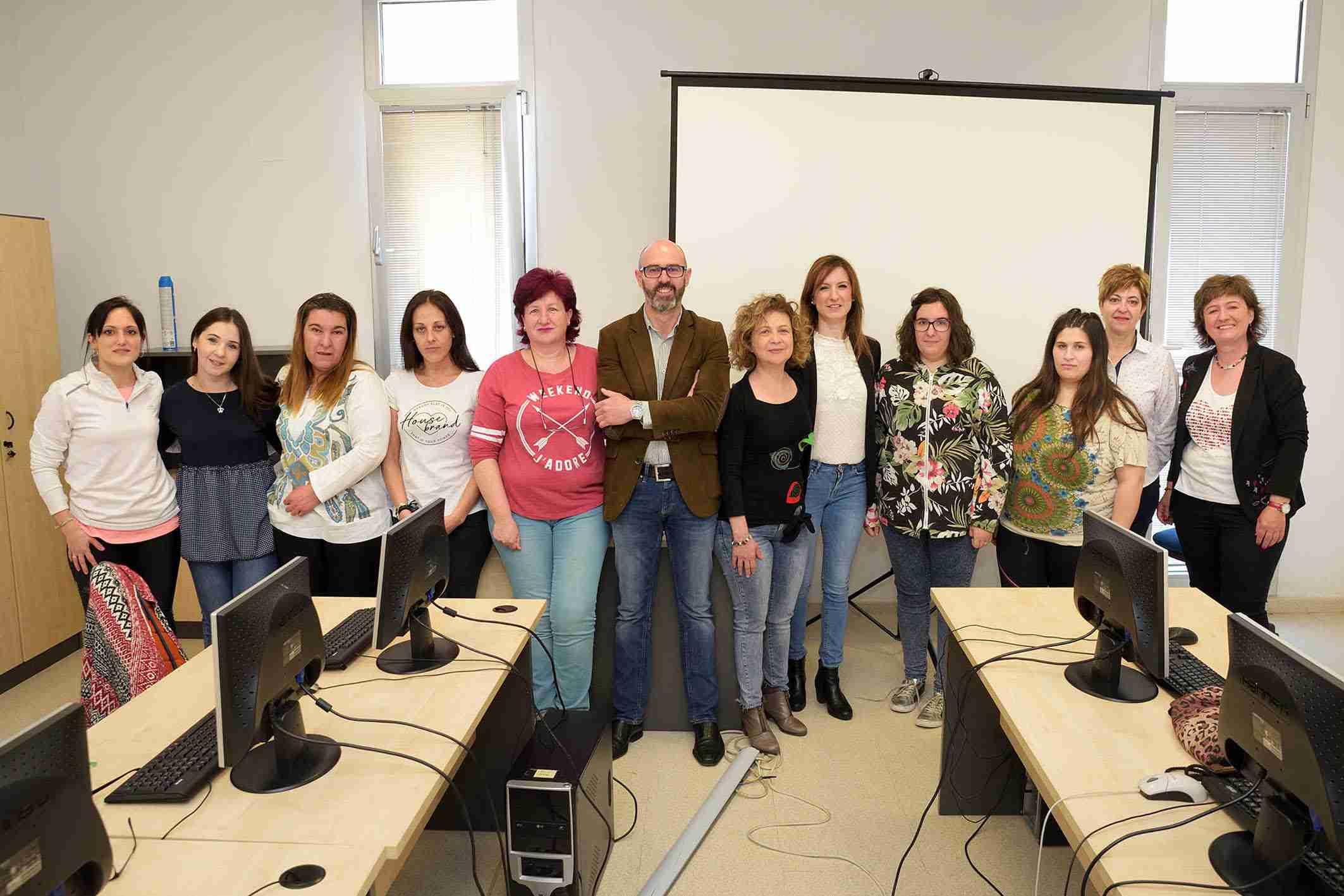 Jiménez y Serrano visitan a las alumnas del taller de empleo de 'Atención Sociosanitaria a Personas Dependientes en Instituciones Sociales' 1