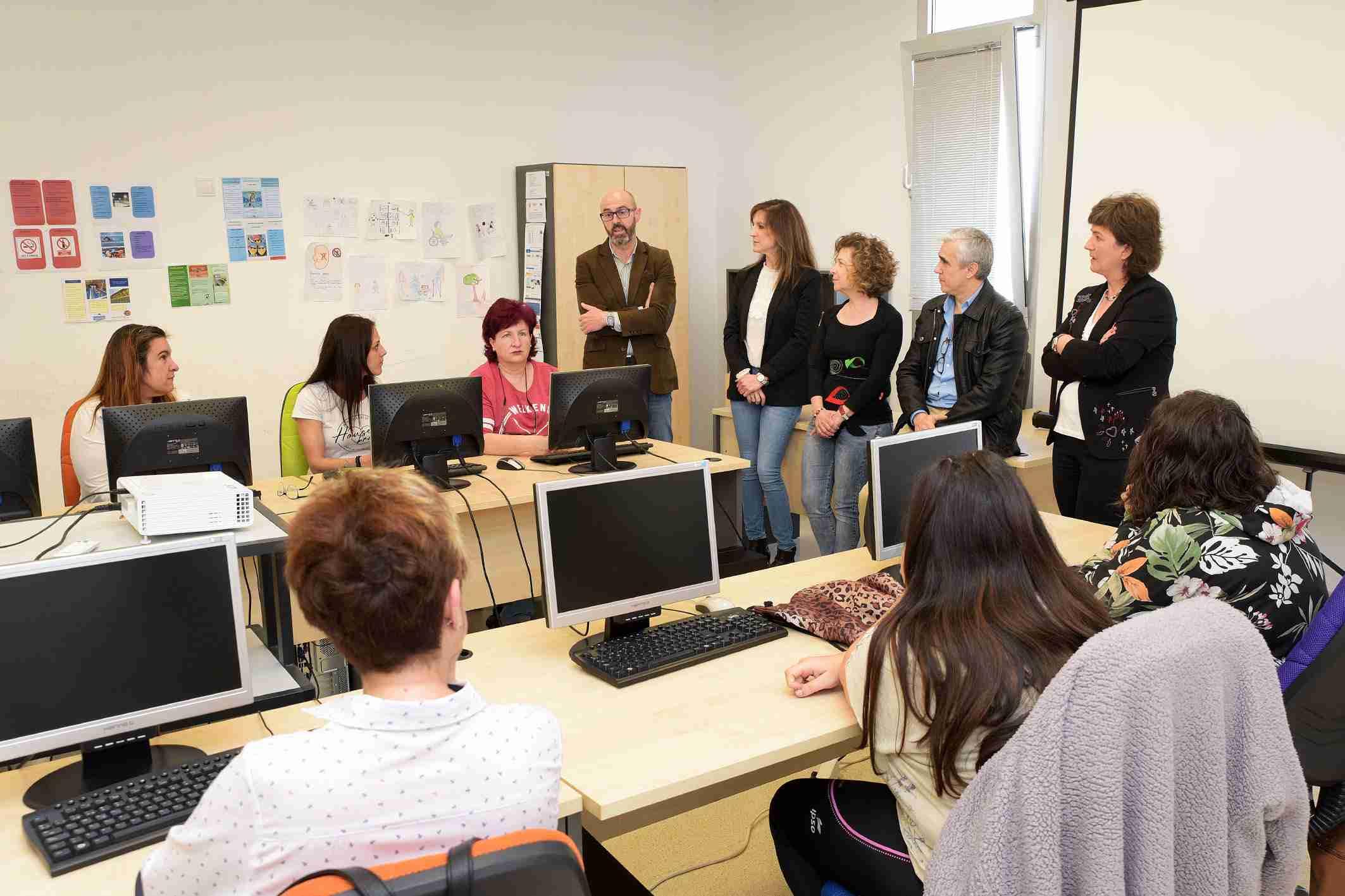 Jiménez y Serrano visitan a las alumnas del taller de empleo de 'Atención Sociosanitaria a Personas Dependientes en Instituciones Sociales' 2