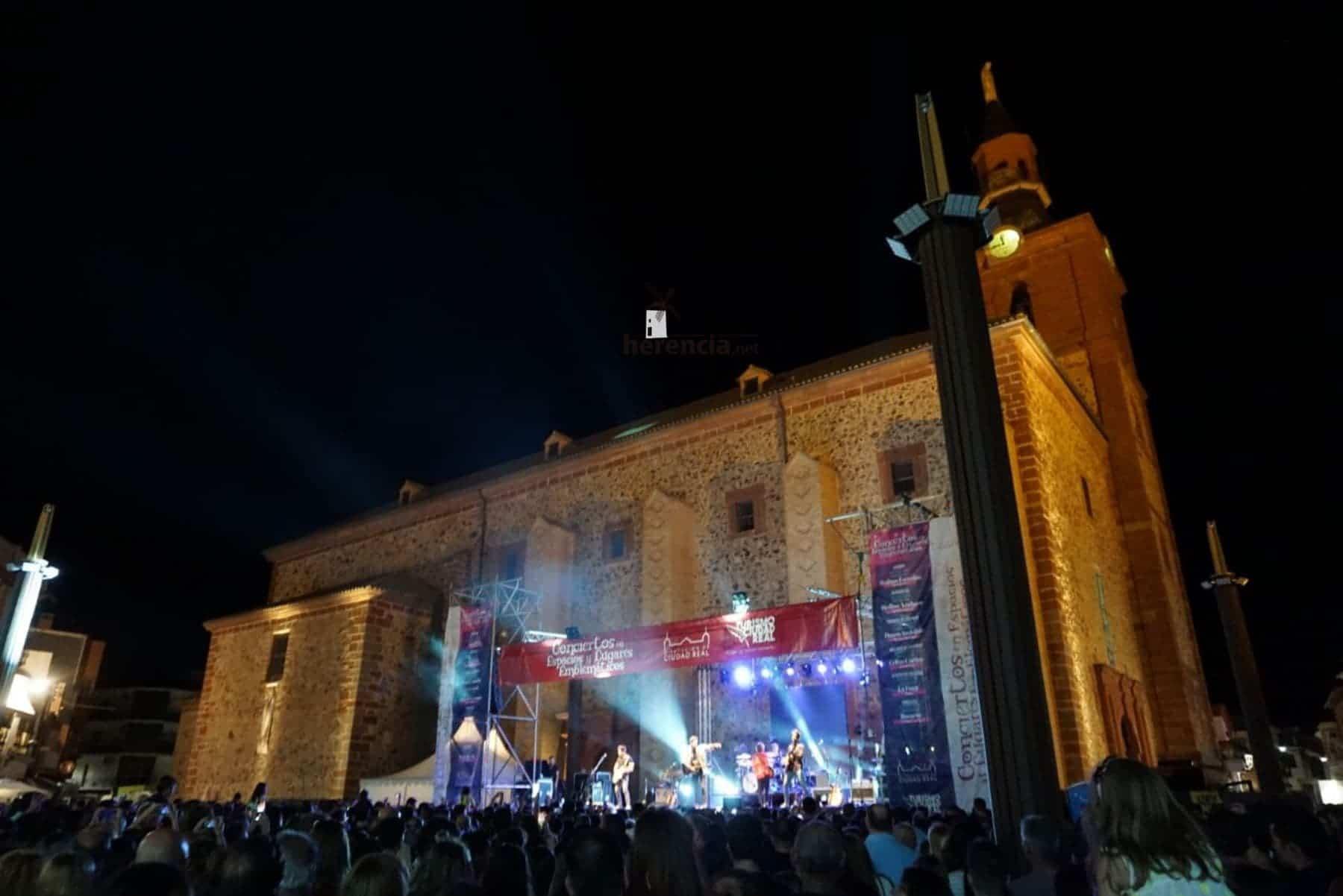 Cientos de jóvenes acuden al concierto de DVICIO en Herencia 1