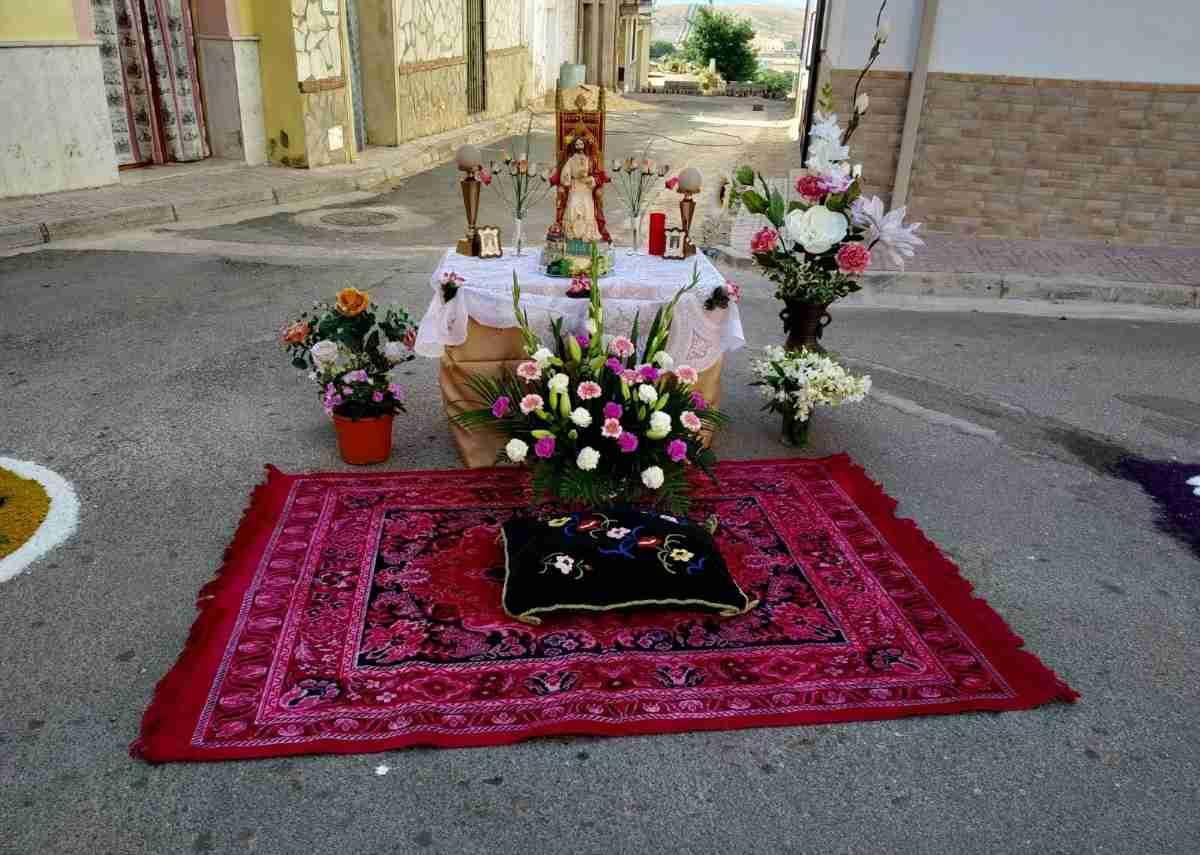 Alfombras de serrín para celebrar el Corpus Christi engalanaron las calles de Terrinches 1