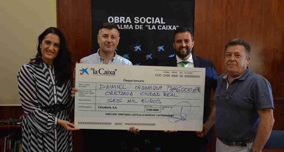 """Obra Social """"La Caixa"""" entrega cheque de 6.000 euros para promover autonomía personal 1"""