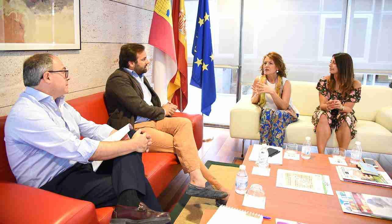 El Gobierno regional y Puy du Fou avanzan en el protocolo con ventajas de acceso para colectivos sociales al parque temático 1