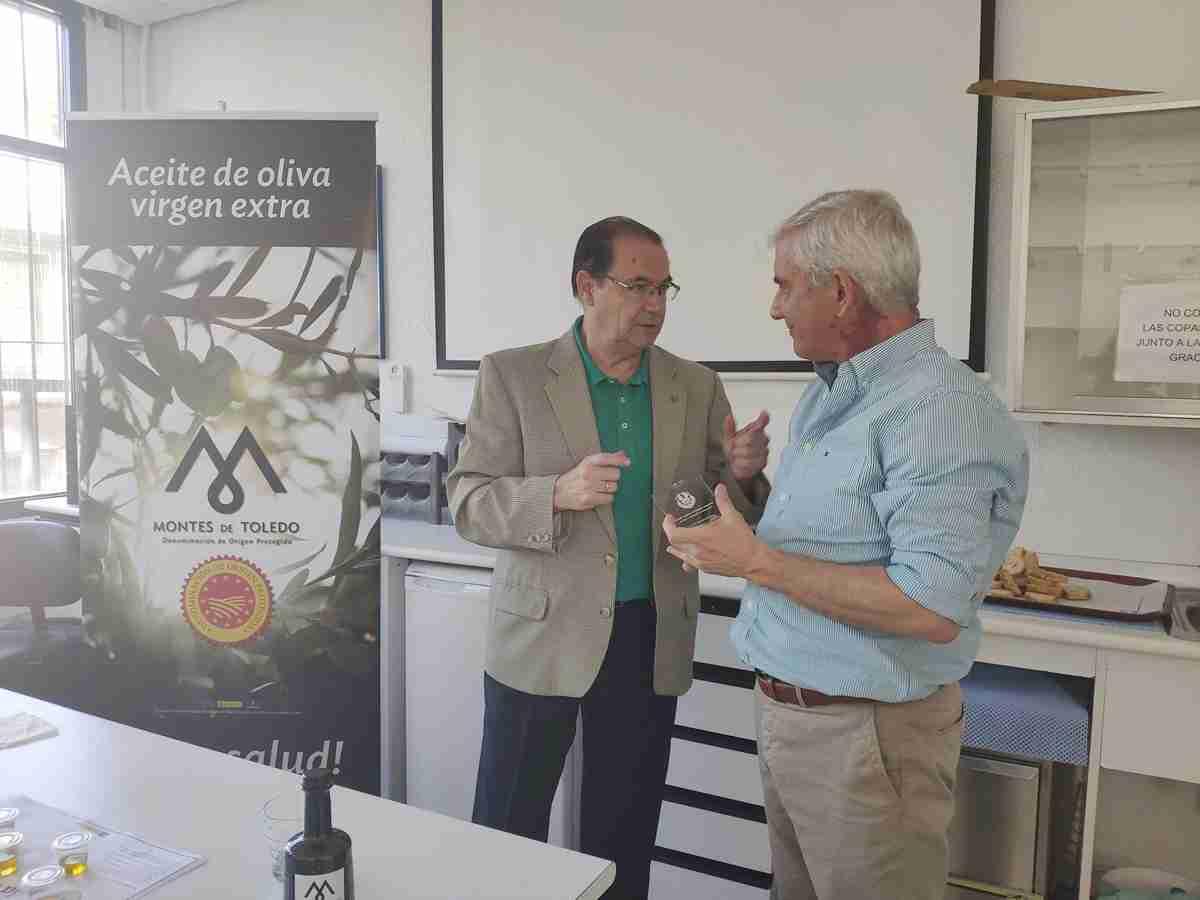 Miembros de la Asociación Española de Antiguos Alumnos de Escuelas de Hostelería y Turismo conocieron las propiedades del AOVE de la DOP Montes de Toledo 2