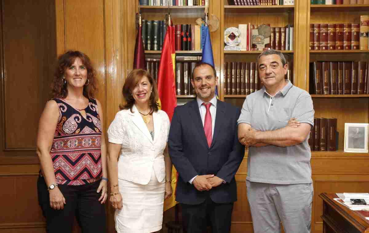 Reunión del Presidente de las Cortes de CLM y representantes del CERMI de la región 2