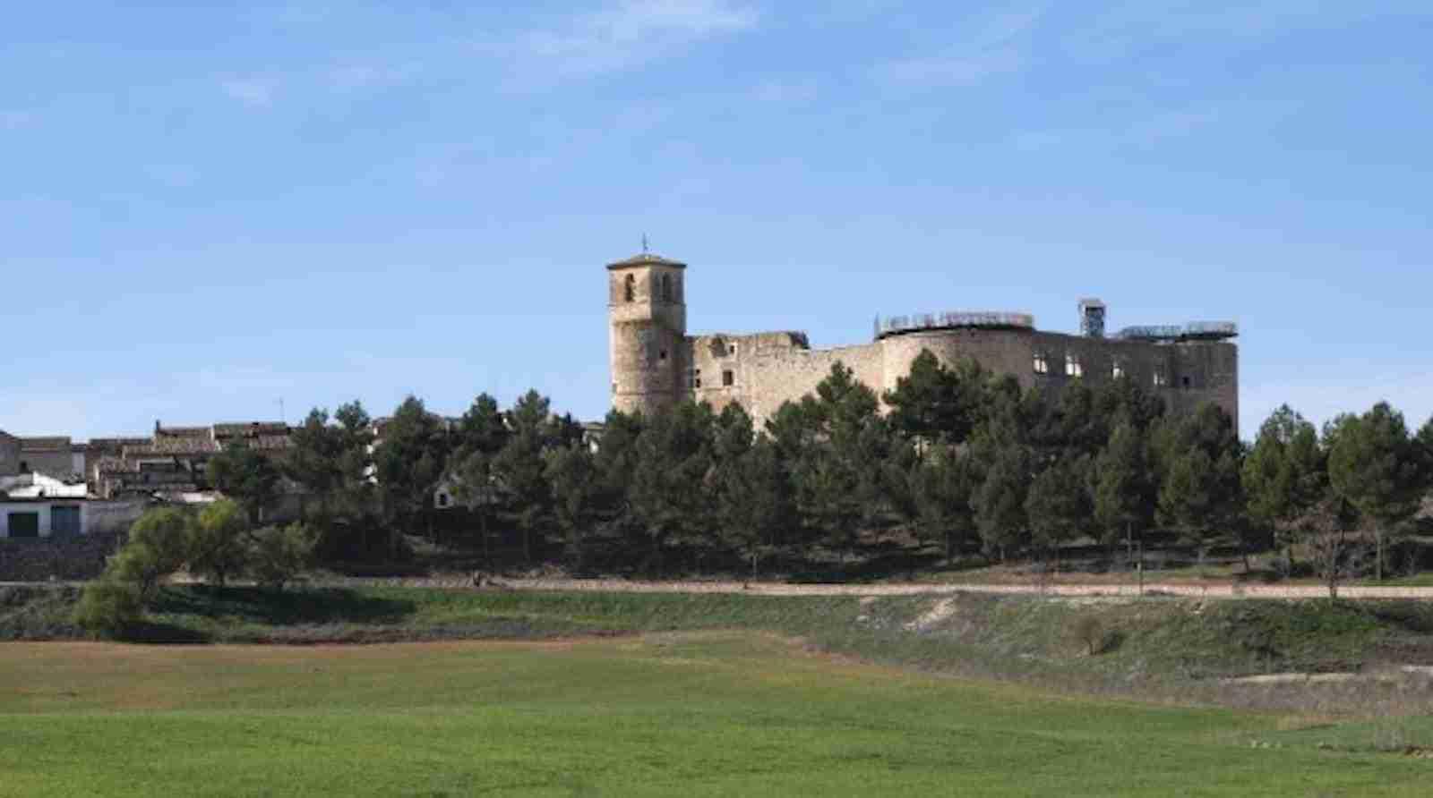 Vista general del castillo desde la autovía de Levante
