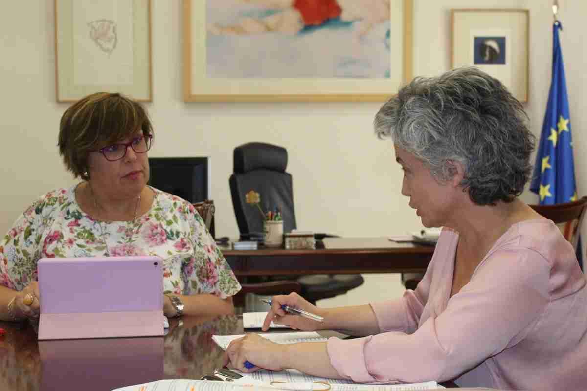 El Gobierno regional y la alcaldesa de Fernán Caballero abordan las necesidades municipales en educación, formación para jóvenes y empleo 1
