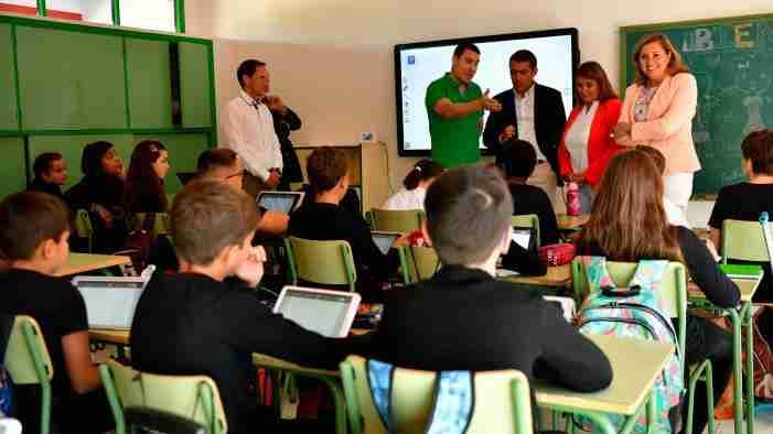 El Gobierno regional destinará a lo largo del curso 10 millones de euros para modernización informática en los centros educativos 1