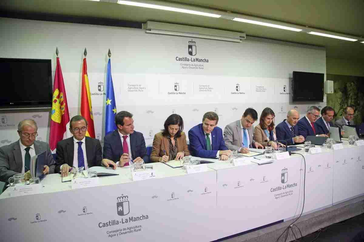 """El Gobierno regional y las entidades financieras firman el protocolo para que agricultores y ganaderos profesionales tengan siempre un """"colchón de seguridad"""" 1"""