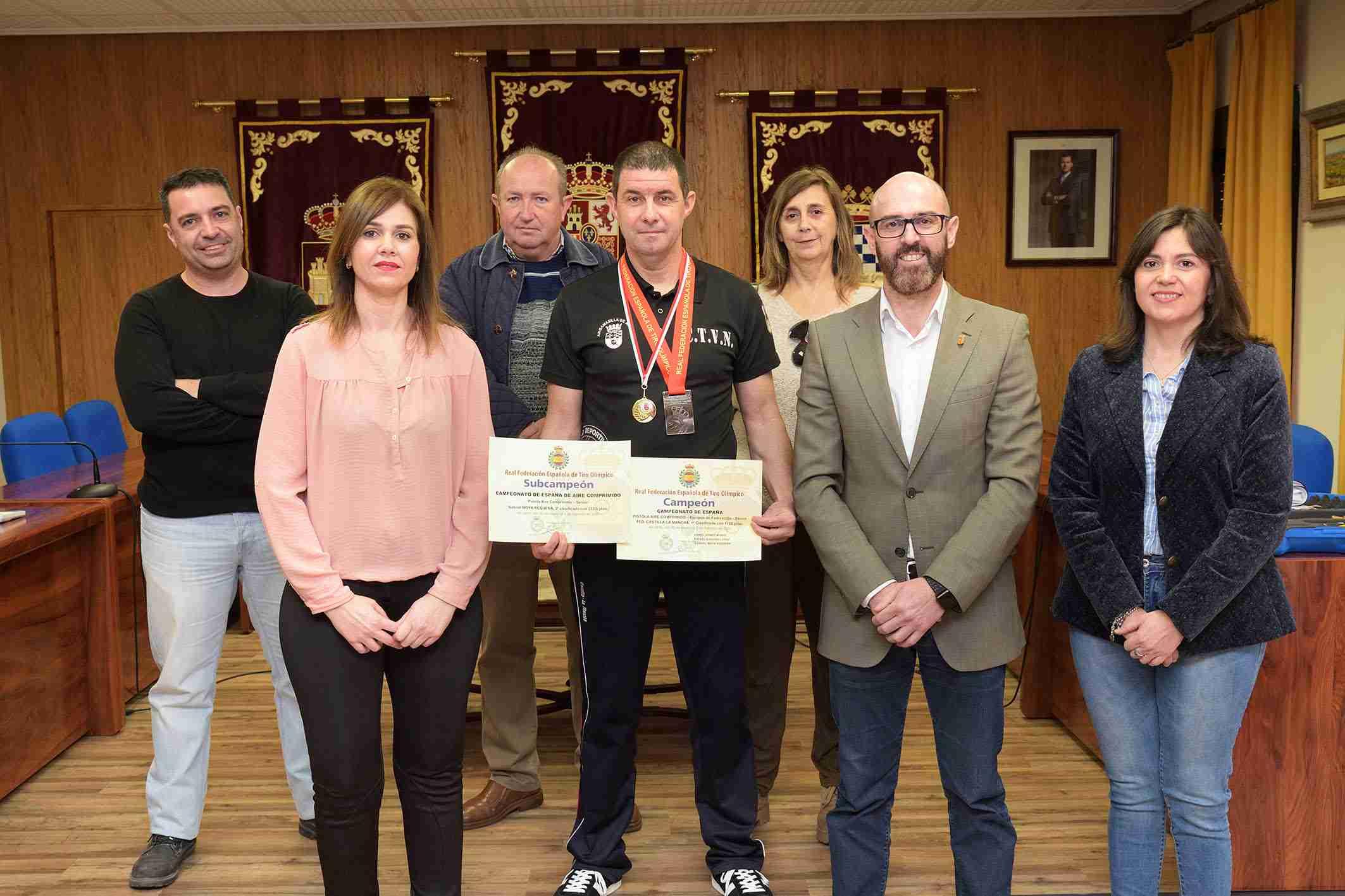 La Corporación Municipal recibe a Gabriel Moya, subcampeón de España de tiro con pistola y campeón por equipos 3