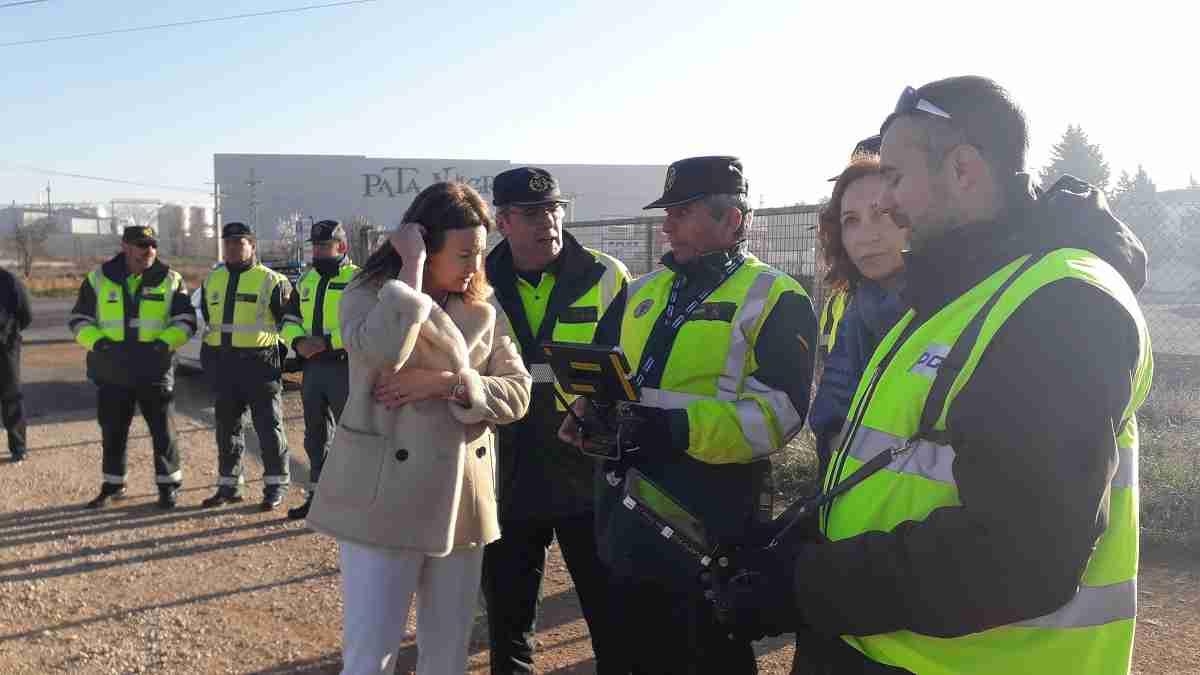 La subdelegada del Gobierno y la jefa provincial de Tráfico conocen el funcionamiento de un dron de la Unidad de Medios Aéreos de la DGT 5
