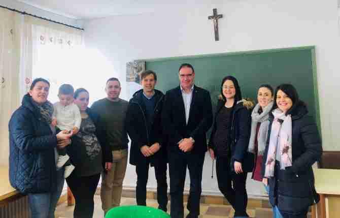El Gobierno regional estudiará con padres y madres de Casas de los Pinos para reabrir la escuela rural municipal 1