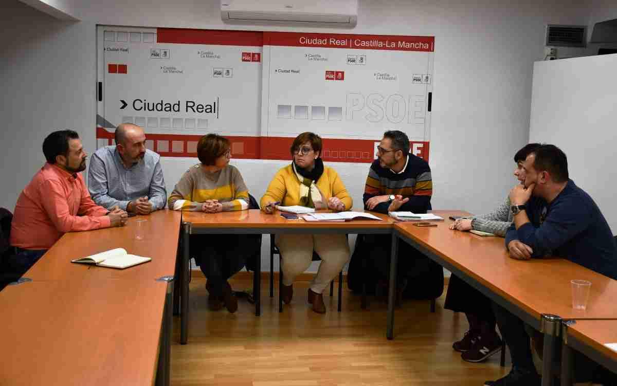 reunion del grupo municipal socialista de torrenueva y la delegada de la junta de comunidades en ciudad real