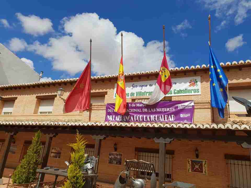 Las banderas ondean a media asta en Villafranca por todos los difuntos 3