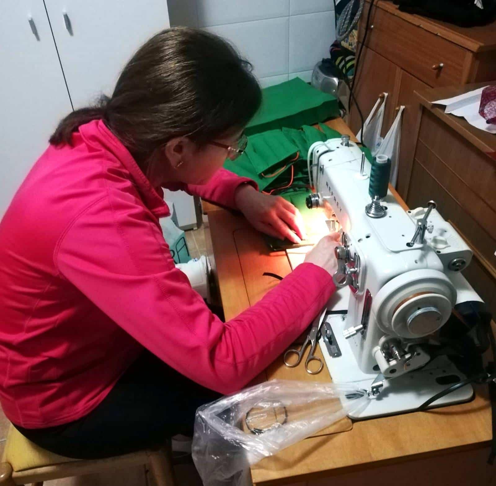 Poblete se une a la iniciativa de una empresa de venta de colchones de Pozuelo de Calatrava para fabricar mascarillas 2
