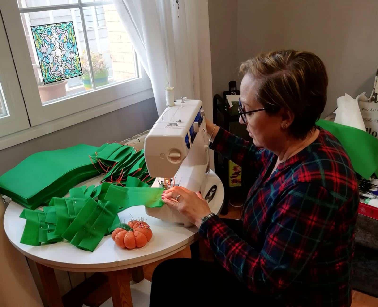 Poblete se une a la iniciativa de una empresa de venta de colchones de Pozuelo de Calatrava para fabricar mascarillas 1