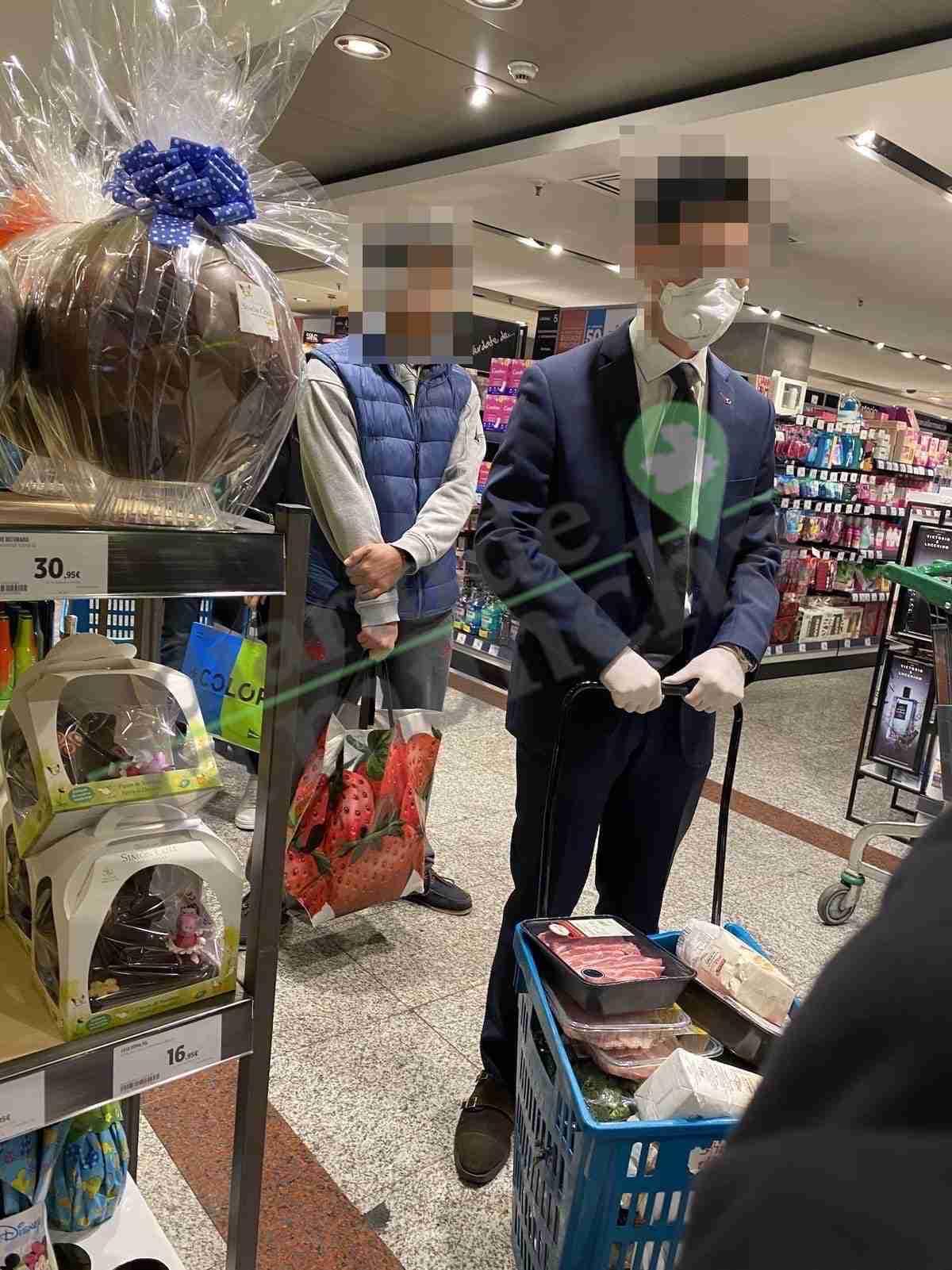 Persona de origen asiático con guantes y mascarillas por coronavirus en El Corte Ingles Hipercor