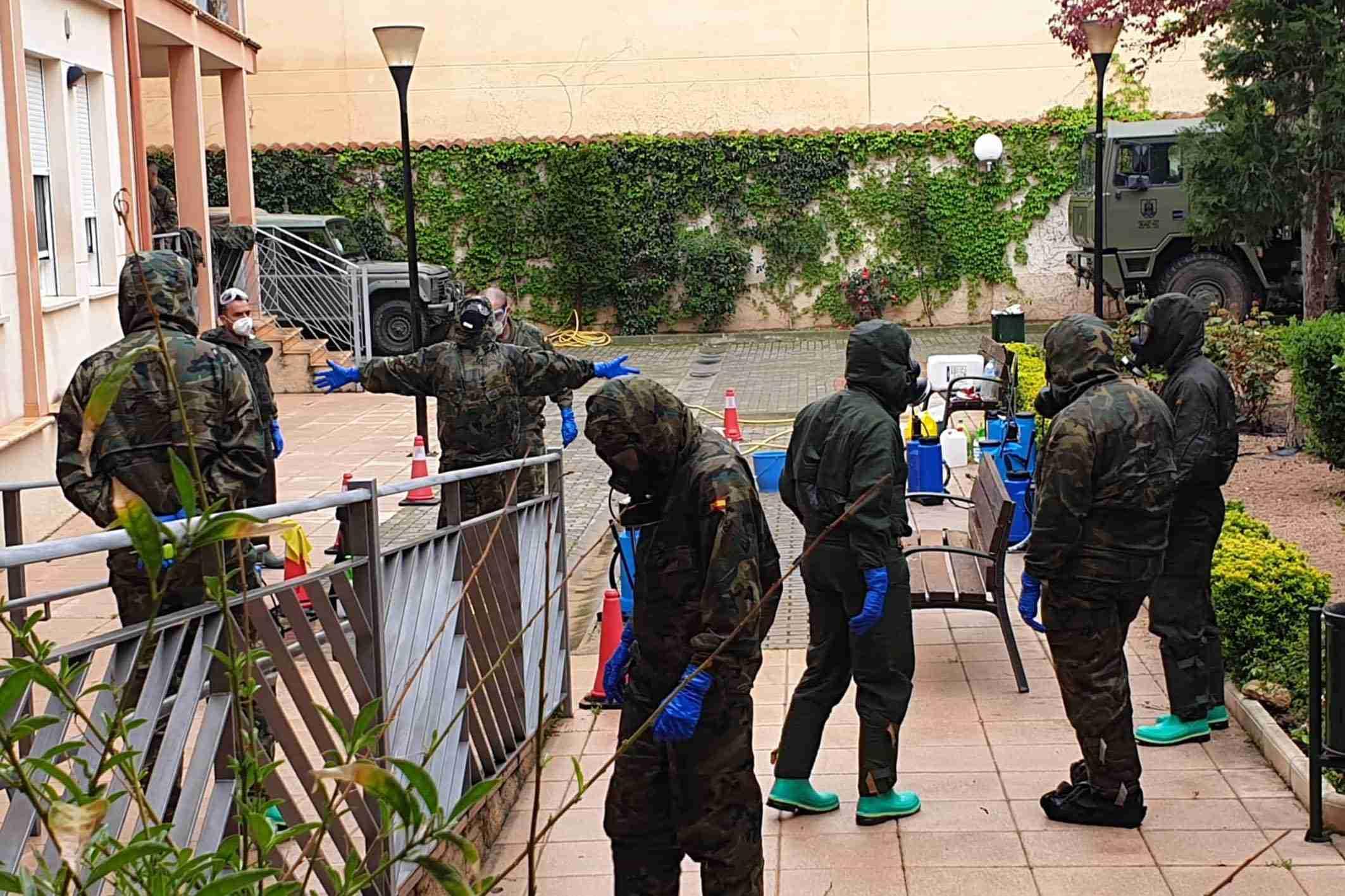 """El Ejército realiza tareas de desinfección el a Residencia de Mayores """"Virgen de Peñarroya"""" 14"""