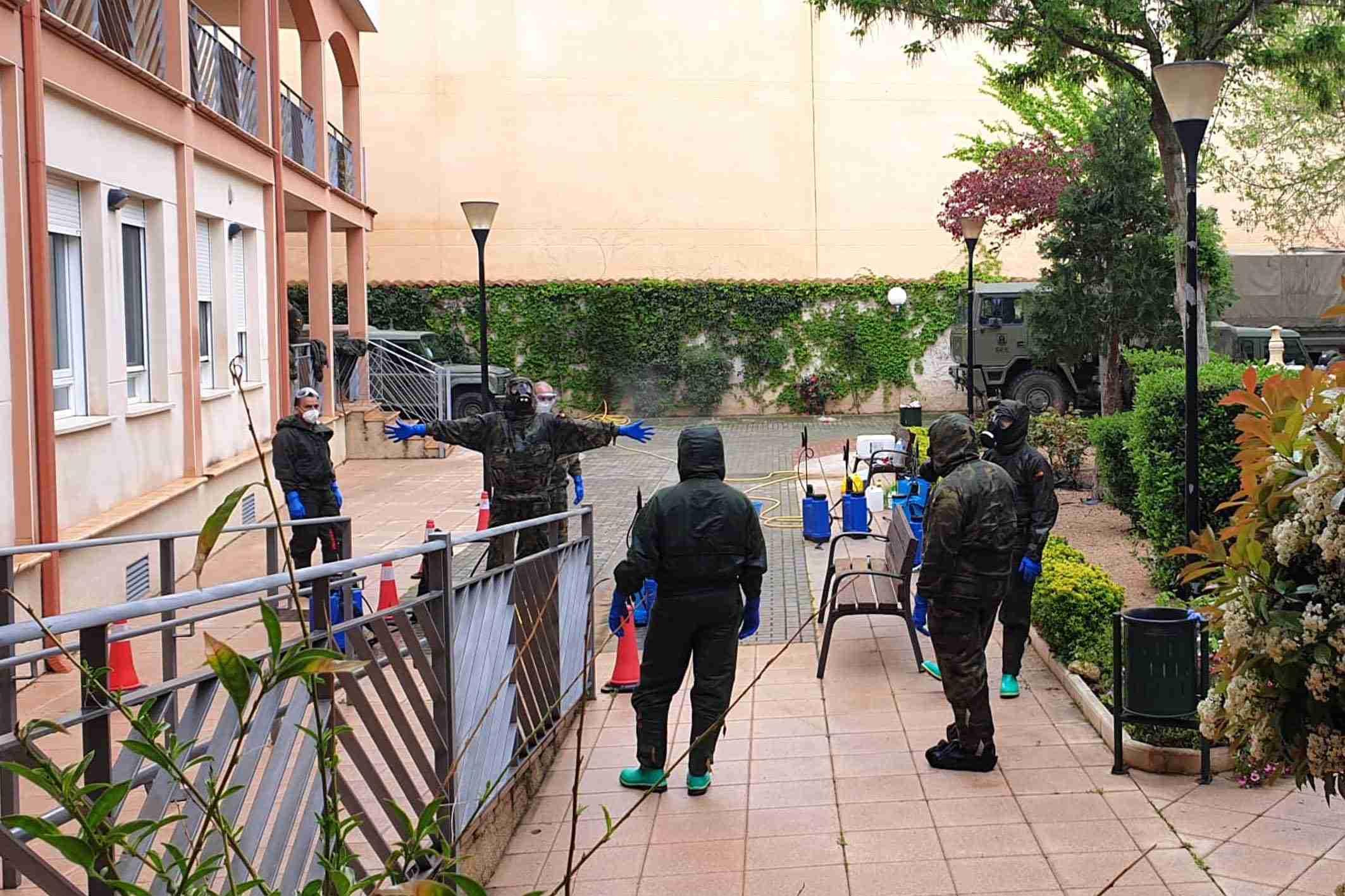 """El Ejército realiza tareas de desinfección el a Residencia de Mayores """"Virgen de Peñarroya"""" 15"""