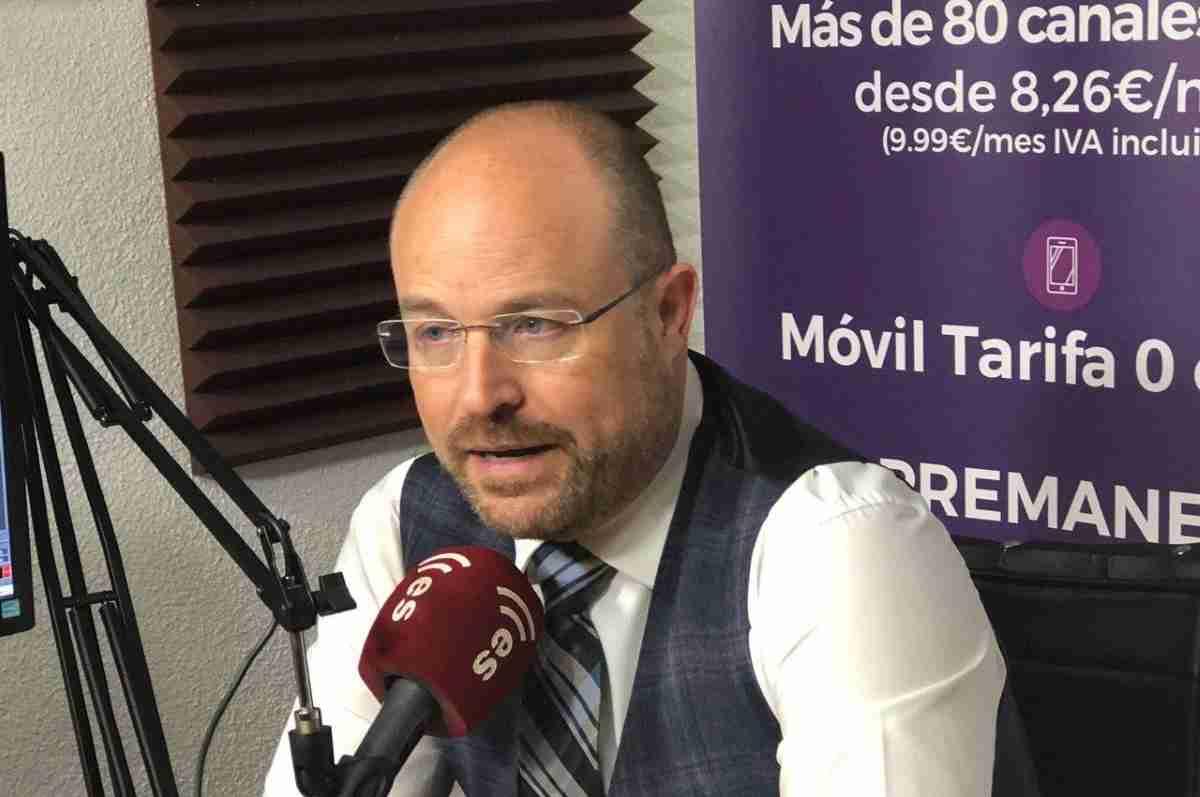 alejandro ruiz presidente del grupo parlamentario de ciudadanos muestra su indignacion por la gestion de la crisis