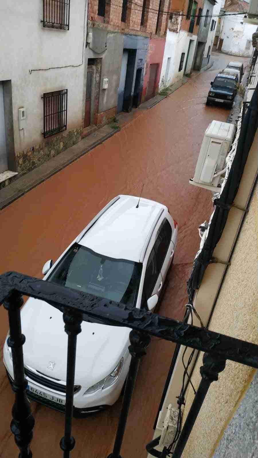 Una fuerte tormenta anegó esta tarde el casco de Carrizosa, donde aguantó el nuevo canal, aunque se desbordó por el fuerte arrastre 5