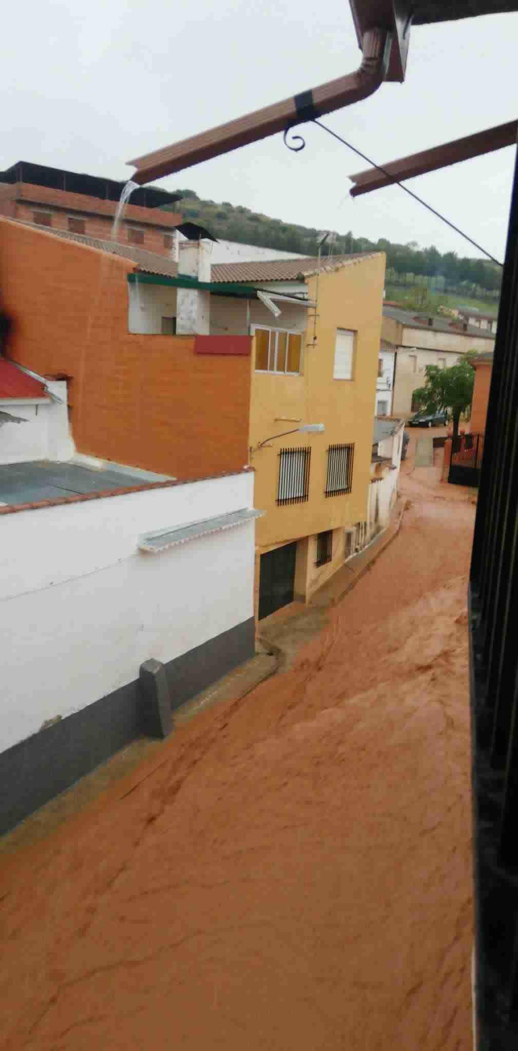 Una fuerte tormenta anegó esta tarde el casco de Carrizosa, donde aguantó el nuevo canal, aunque se desbordó por el fuerte arrastre 6