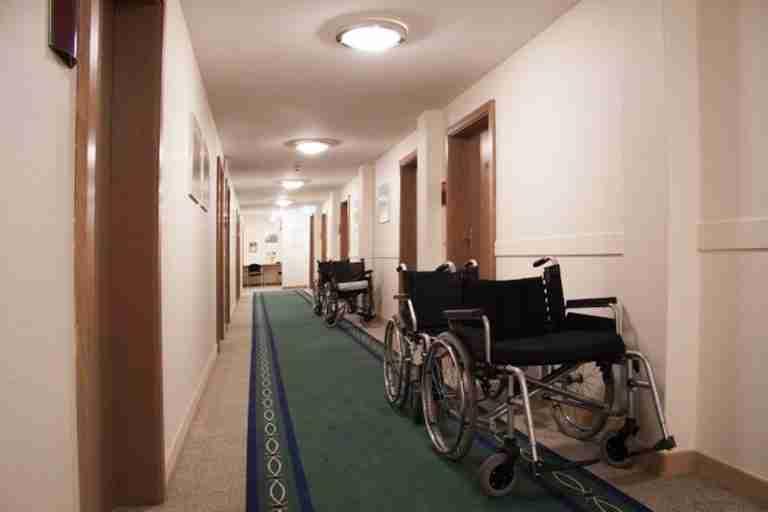 """El personal sociosanitario de los centros asistenciales, el """"gran olvidado"""" por la Administración regional"""