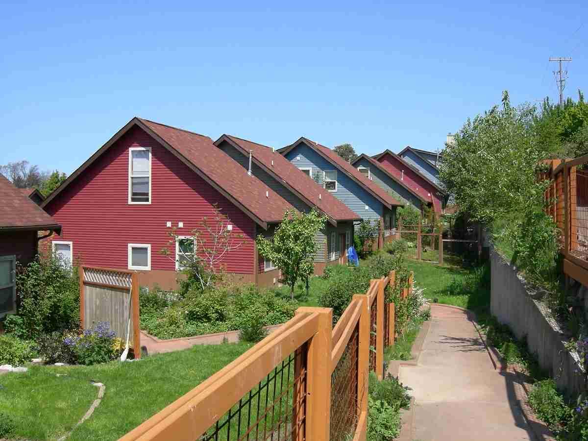 Descubre las ventajas de vivir en una comunidad sostenible 9